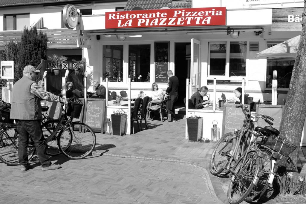 Restaurant St. Peter-Ording: Pizzeria La Piazzetta St. Peter-Ording: Neue Neonwerbung Aussenfoto sw